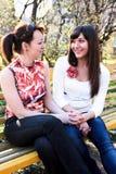 Duas mulheres bonitas novas fotos de stock royalty free
