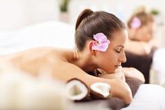 Duas mulheres bonitas que obtêm a massagem nos termas Imagens de Stock Royalty Free