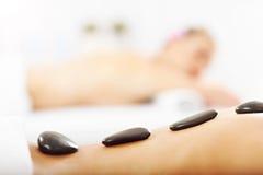 Duas mulheres bonitas que obtêm a massagem nos termas Imagens de Stock