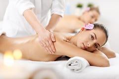 Duas mulheres bonitas que obtêm a massagem nos termas Foto de Stock Royalty Free