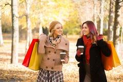 Duas mulheres bonitas que têm uma conversação de relaxamento com café imagem de stock royalty free