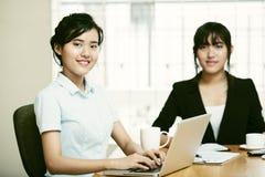 Duas mulheres bonitas que trabalham junto Imagem de Stock Royalty Free