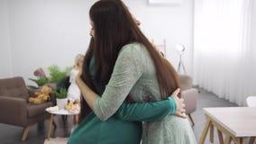 Duas mulheres caucasianas se abraçando firmemente e sorrindo Brunette, garota abraçando sua amiga grávida Companhia feminina cele vídeos de arquivo