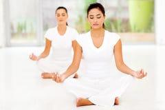 Duas mulheres que meditating fotografia de stock royalty free