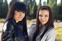 Duas mulheres. Close up das raparigas bonitas, fora retrato Fotografia de Stock Royalty Free