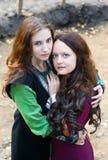 Duas mulheres com aperto dos olhos verdes Fotografia de Stock