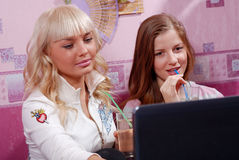 Duas mulheres com portátil Imagens de Stock