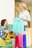 Duas mulheres com sacos de compra Imagem de Stock Royalty Free