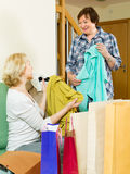 Duas mulheres com sacos de compra Imagens de Stock Royalty Free