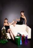 Duas mulheres comemoram o Natal fotografia de stock
