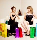 Duas mulheres comemoram o Natal foto de stock royalty free