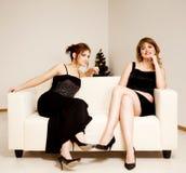Duas mulheres comemoram o Natal fotos de stock royalty free