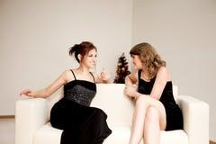 Duas mulheres comemoram o Natal Imagem de Stock
