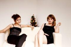 Duas mulheres comemoram o Natal imagens de stock