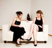 Duas mulheres comemoram o Natal fotografia de stock royalty free