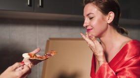 Duas mulheres das amigas que comem a pizza e que apreciam um bate-papo do partido de nivelamento antes de sair - um vestido azul  vídeos de arquivo