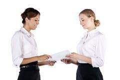 Duas mulheres de negócio bonitas que têm a discussão Fotografia de Stock