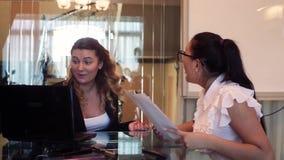 Duas mulheres de negócio estão felizes jogar originais e aplaudir suas mãos após um delas relatou boas notícias HD video estoque