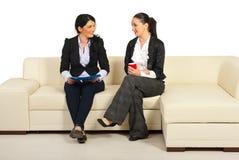 Duas mulheres de negócio que têm a conversação foto de stock royalty free