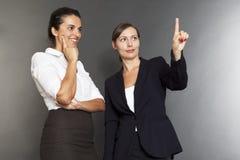 Duas mulheres de negócio que usam tecnologias novas fotografia de stock royalty free
