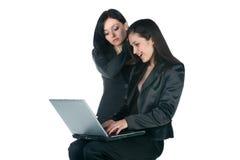 Duas mulheres de negócios com portátil Fotos de Stock Royalty Free