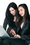 Duas mulheres de negócios com portátil Fotografia de Stock