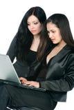 Duas mulheres de negócios com portátil Imagens de Stock Royalty Free