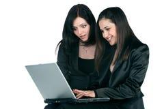 Duas mulheres de negócios com portátil Foto de Stock Royalty Free