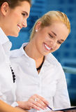 Duas mulheres de negócios felizes com papéis fotos de stock