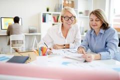 Duas mulheres de negócios modernas foto de stock