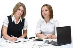 Duas mulheres de negócios no trabalho Fotos de Stock Royalty Free