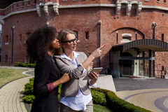 Duas mulheres de negócios novas atrativas têm a conversação fora As mulheres uma são afro-americanas Fotos de Stock Royalty Free
