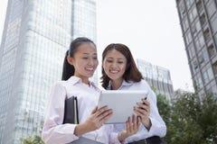 Duas mulheres de negócios novas que discutem fora Imagem de Stock