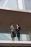 Duas mulheres de negócios que agitam as mãos Fotografia de Stock Royalty Free