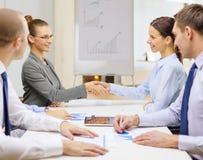 Duas mulheres de negócios que agitam as mãos no escritório Fotos de Stock Royalty Free