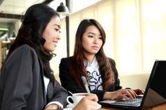 Duas mulheres de negócios que encontram-se durante a ruptura de café no café Imagens de Stock