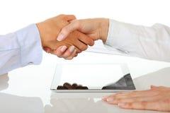 Duas mulheres de negócios que trabalham com tabuleta digital Fotografia de Stock