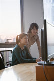 Duas mulheres de negócios que trabalham junto no escritório Imagem de Stock Royalty Free