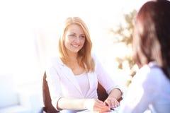 Duas mulheres de negócios têm a reunião no escritório Fotos de Stock