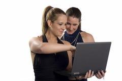 Duas mulheres de negócio bonitas que trabalham no portátil Imagem de Stock Royalty Free