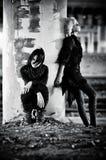 Duas mulheres do goth na coluna fotos de stock
