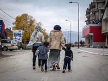 Duas mulheres do refugiado e suas filhas em sua maneira de registrar e entrar na Sérvia na beira com Macedônia na rota de Balcãs imagem de stock