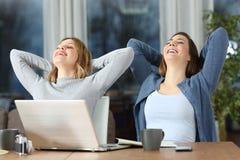 Duas mulheres do turista que relaxam no hotel na noite Imagens de Stock Royalty Free