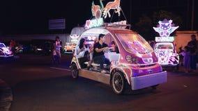 Duas mulheres e carro bling bling da equitação do homem em Jogja filme