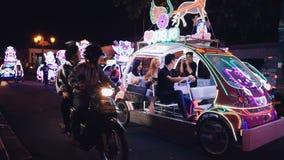 Duas mulheres e carro bling bling da equitação do homem em Jogja video estoque