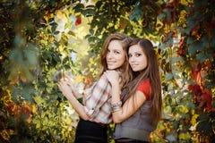 Duas mulheres e uvas selvagens Fotografia de Stock Royalty Free