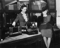 Duas mulheres em um armazém (todas as pessoas descritas não são umas vivas mais longo e nenhuma propriedade existe Garantias do f fotografia de stock royalty free