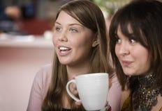 Duas mulheres em uma casa de café Foto de Stock