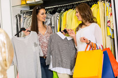 Duas mulheres em uma loja de roupa Fotos de Stock