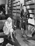 Duas mulheres em uma sapataria (todas as pessoas descritas não são umas vivas mais longo e nenhuma propriedade existe Garantias d Fotografia de Stock Royalty Free